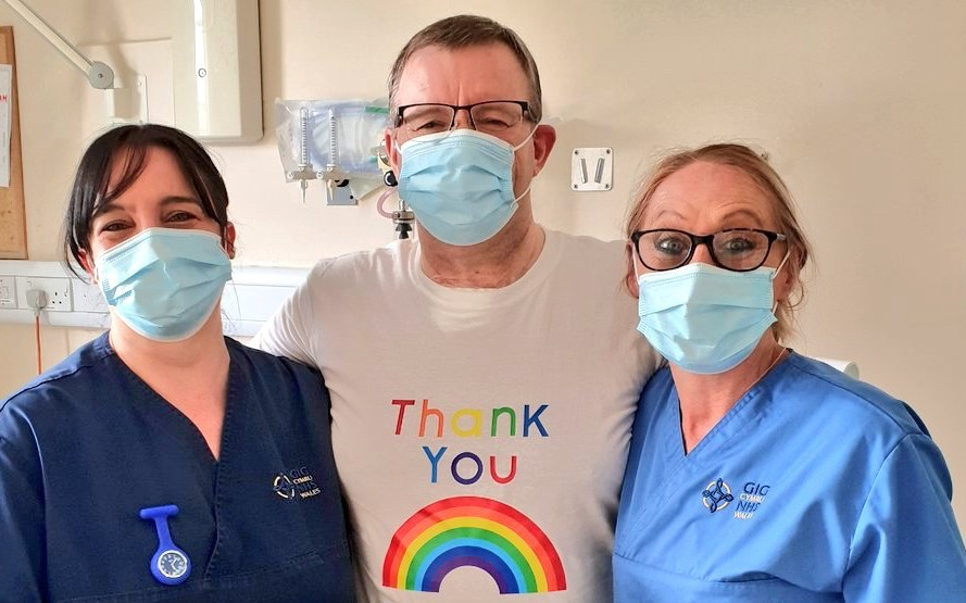 William Powell with two nurses recovering from Covid-19