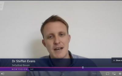 Steffan Evans being interviewed by Newyddion